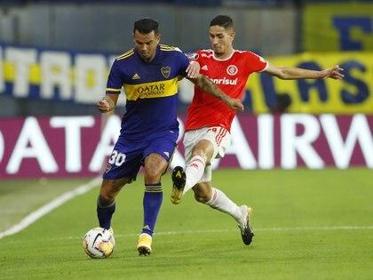 Edwin Cardona en acción frente a Bruno Praxedes de Inter de Porto Alegre (REUTERS/Agustin Marcarian)