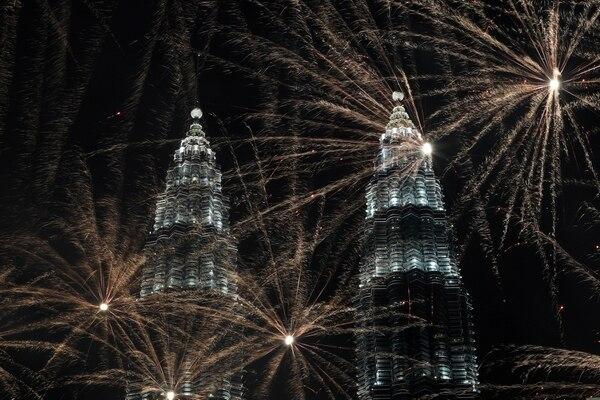 Fuegos artificiales frente a las torres Petronas en Kuala Lumpur, Malasia, para recibir el 2020