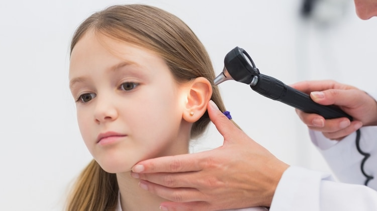 Para prevenir, sobre todo en personas con otitis frecuentes, se deben utilizar gotas luego de la exposición al agua (iStock)