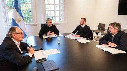 El presidente Alberto Fernández, el presidente del bloque del Frente de Todos en Diputados, Máximo Kirchner, el presidente de la comisión de Presupuesto, Carlos Heller, y el ministro de Economía, Martín Guzmán