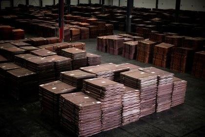 Foto de archivo de cátodos de cobre en un almacén en el sur de Shanghái.  Mar 23, 2012.        REUTERS/Carlos Barria