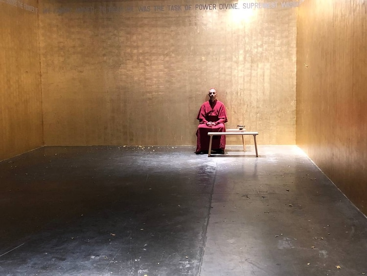 The performer in the work of the Thai Rirkrit Tiravanija listens to confession under the inspiration of the Hell of the Divine Comedy (Fondation Beyeler)