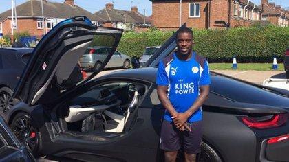 El futbolista posacon el El BMW i8 que le entregó su presidente