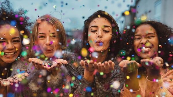 Es importante rodearse de las personas ya que el ser humano es un ser social que necesita de otro (Getty Images)