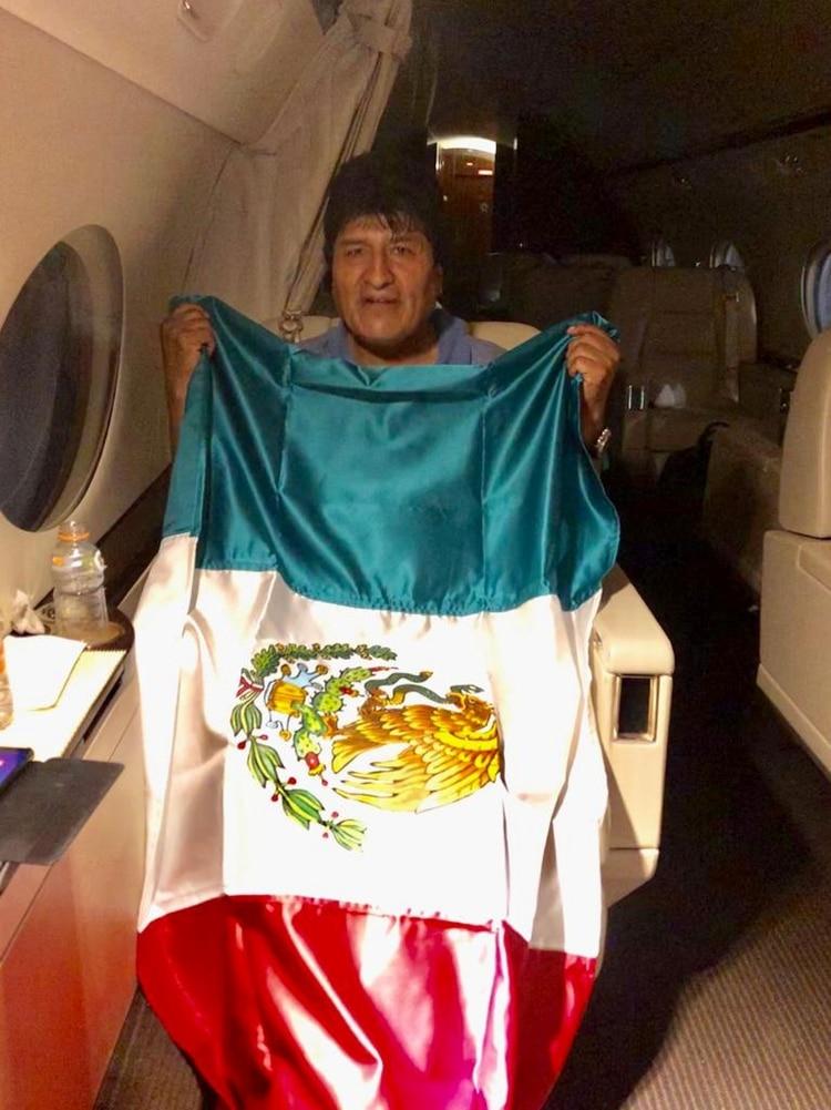 Evo Morales dentro del avión con la bandera mexicana (Reuters)