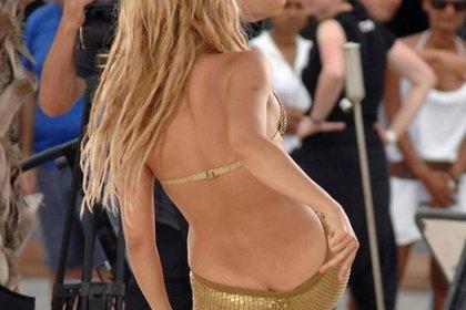 El baile causó que la vestimenta de la cantante mostrara más de lo que ella quería (Foto: Instagram shakira_killa)