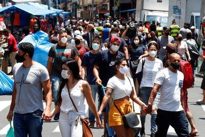 Decenas de personas caminan en una concurrida vía comercial en el centro de Sao Paulo el 6 de enero de 2021. EFE/ Sebastiao Moreira/Archivo