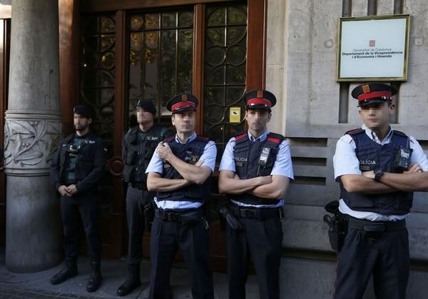 Agentes de la Guardia Civil y de los Mossos d'Esquadra(EFE)