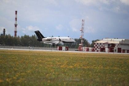 El avión sanitario alemán Bombardier Challenger 604 D-AFAD arriba al aeropuerto de Omsk, Rusia (ALEXEY GOLSHEV - VK SPOTTING IN OMSK vía Reuters)