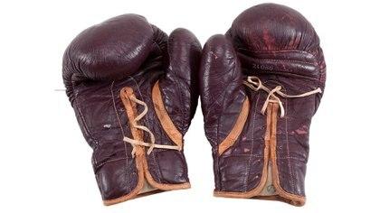 Los guantes de la pelea de Cassius Clay fueron subastados, aunque en el interior tenían manuscrito el nuevo nombre Alí, 1971. (Reuters)