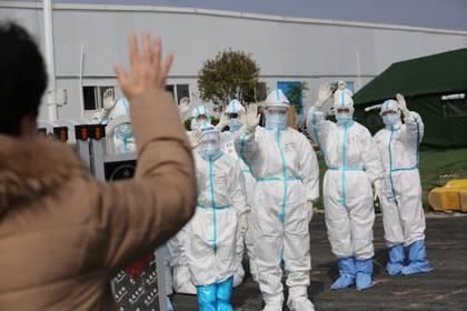 La visión de los médicos con los trajes de protección que solo conocía por los documentales le dio una idea del problema (China Daily vía Reuters)