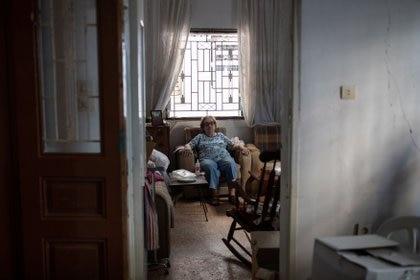 Marguerite Dirany, de 81 años, sentada en la sala de su casa que resultó dañada por la explosión en el puerto de Beirut, en el barrio de Karantina, Beirut, Líbano, el 12 de agosto de 2020.