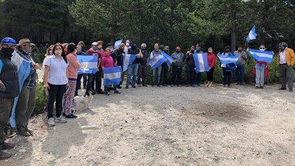 Este sábado se realizó una movilización en apoyo a la familia que está cautiva dentro de su propio campo en el El Foyel