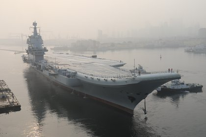 """El portaviones """"Tipo 001A"""" en el puerto de Dalian  (AFP) / China OUT)"""