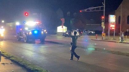 El boletín policial indicó que los agentes respondieron a llamadas de alerta después de que varios individuos armados dispararon contra los manifestantes cerca de una estación de gasolina en esa ciudad, al sur de Milwaukee, mientras Blake, de 29 años, permanece hospitalizado en estado grave. (Brendan Gutenschwager/via REUTERS)