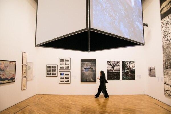 La exhibición reúne la obra de más de 150 artistas de todo el continente americano