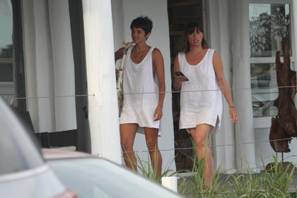 Las hermanas Rivero, Calu y Marou con los vestidos-remera playeros en Punta del Este (GM Press)