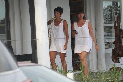 Las hermanas Rivero, Calu y Marou con los vestidos-remera playeros en Punta del Este (GM Press)