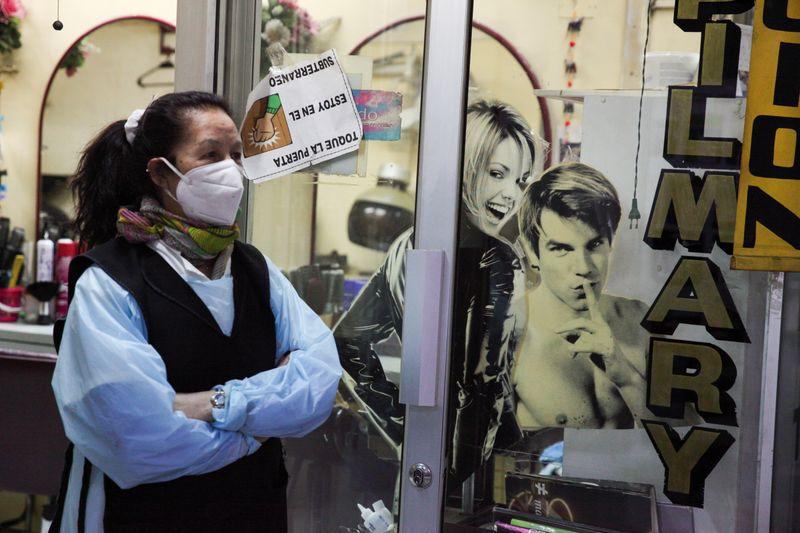 FOTO DE ARCHIVO. La dueña de una peluquería trabaja en un área comercial, en medio del brote de la enfermedad por coronavirus (COVID-19), en Santiago, Chile. 3 de septiembre de 2020. REUTERS/Iván Alvarado
