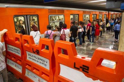 Usuarias del Metro esperan la llegada de uno de los trenes para trasladarse por la CDMX (Foto:ISAAC ESQUIVEL /CUARTOSCURO)