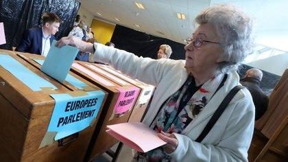 Una mujer emite su voto durante las elecciones generales y regionales de Bélgica en Sint-Pieters-Leeuw, el 26 de mayo de 2019 (REUTERS/Yves Herman)