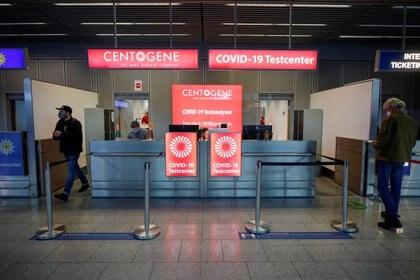 Centro de testeo en el aeropuerto de Dusseldorf (Reuters)