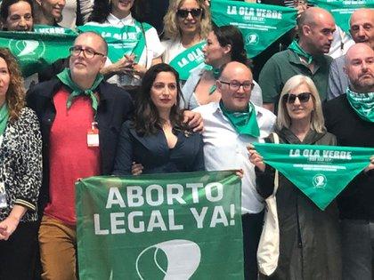 Actores, directores y miembros del jurado, como Mercedes Morán, posaron con el símbolo de la lucha por la despenalización del aborto