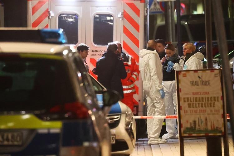 Expertos forenses en la salida del bar shisha donde ocurrió uno de los tiroteos de la ciudad alemana de Hanau (REUTERS/Kai Pfaffenbach)
