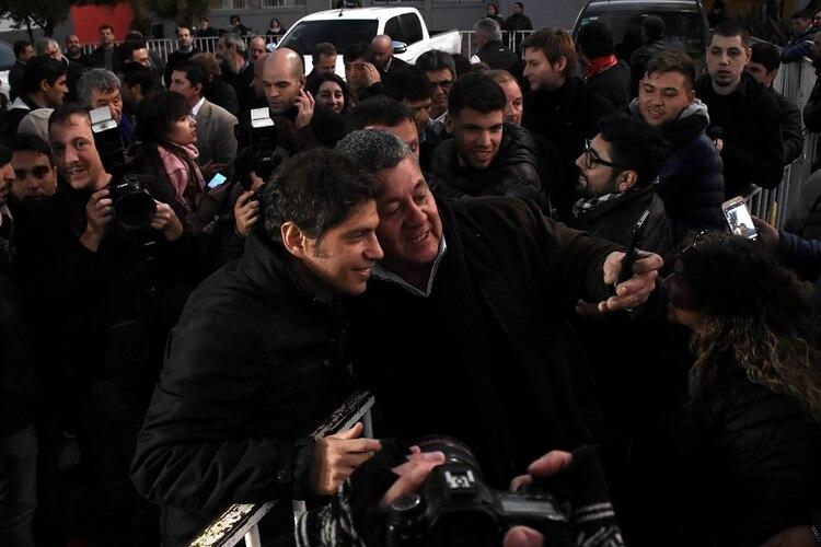 A la salida del acto un grupo de militantes se sacó fotos con Kicillof