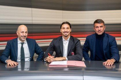 Ivan Gazidis y Paolo Maldini en la firma del contrato de Zlatan Ibrahimovic, cuando regresó al AC Milán en enero (Foto: REUTERS)