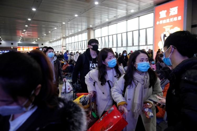 Pasajeros con máscaras en Shangai (REUTERS/Aly Song)
