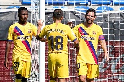 Messi, Jordi Alba y Ansu Fati celebran la victoria frente al Alavés (REUTERS/Vincent West)