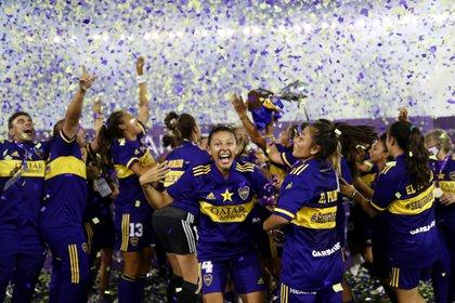 Julieta Cruz celebra con el equipo de fútbol femenino de Boca campeón ante River (REUTERS/Juan Ignacio Roncoroni)