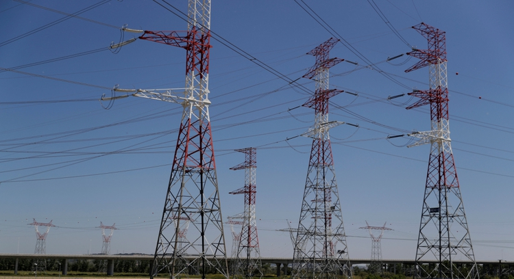 Torres de transporte de energía eléctrica /REUTERS/Rafael Marchante/File Photo)