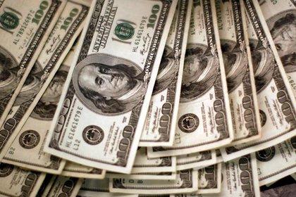 FOTO DE ARCHIVO. Cuatro mil dólares estadounidenses son contados por una máquina contadora bancaria, en un banco en Westminster, Colorado, EEUU. 3 de noviembre de 2009. REUTERS/Rick Wilking.
