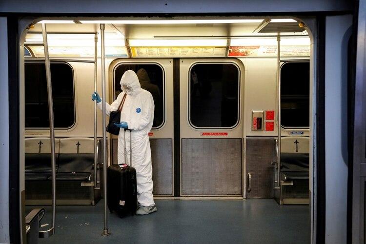 Una doctora viaja en el metro de Nueva York con equipamiento contra el coronavirus