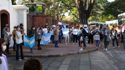 Un grupo de personas protesta frente a la quinta de Olivos contra la suspensión de las clases presenciales en el conurbano bonaerense
