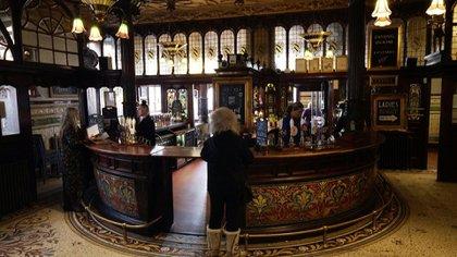 """El """"Philharmonic Dining Rooms"""" de Liverpool solía ser uno de los lugares favoritos que frecuentaban los Beatles. Ahora el lugar se convirtió en el primer bar inglés de la época victoriana clasificado como monumento histórico de primera categoría, lo que lo ubica al mismo nivel que el Palacio de Buckingham."""