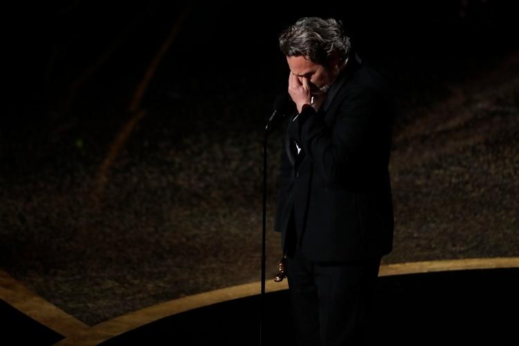 La emoción de Joaquin Phoenix al recibir su Oscar (Foto: REUTERS/Mario Anzuoni)