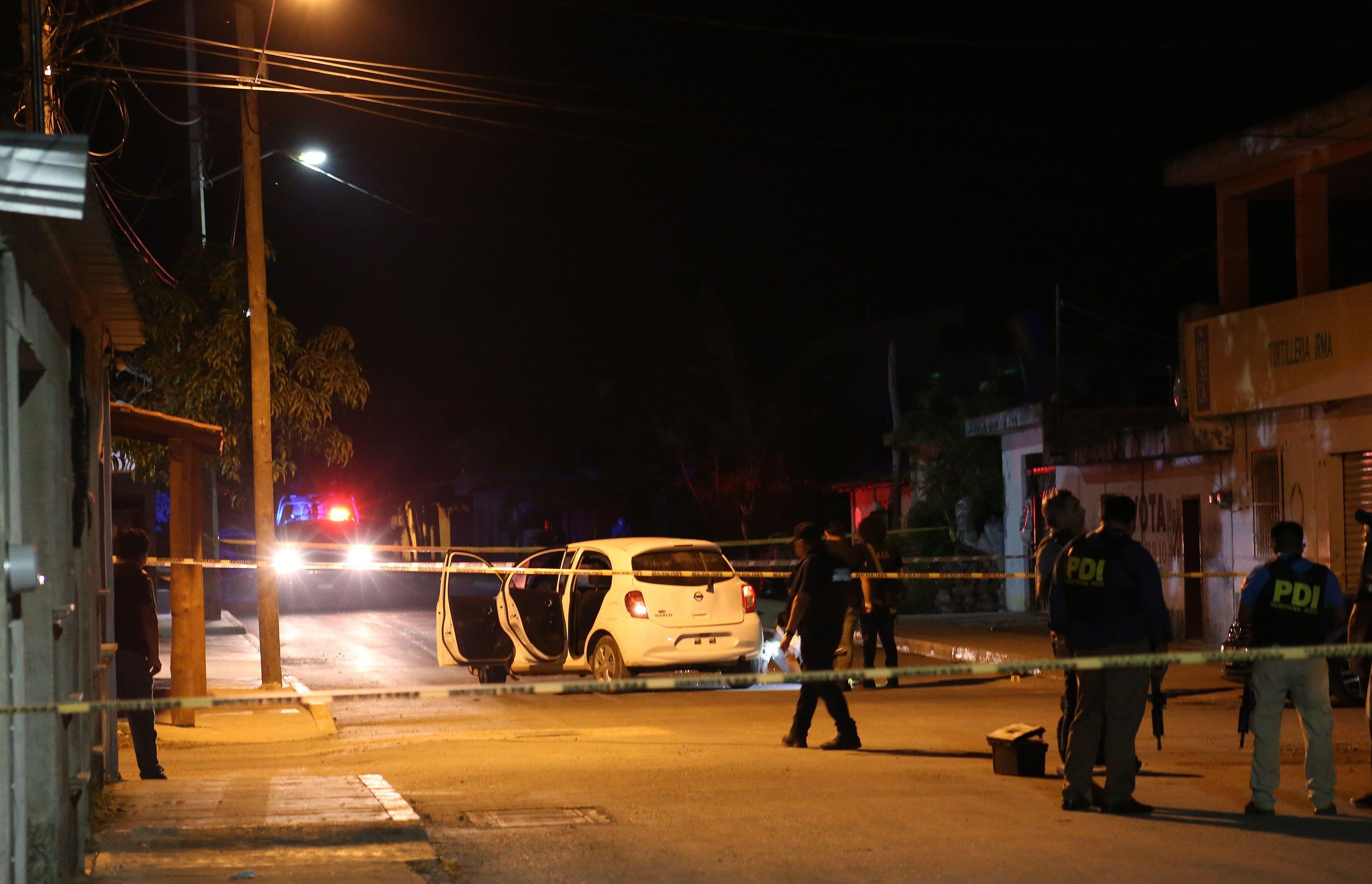 Policías ministeriales laboran en la zona donde fue atacada la casa de la candidata Blanca Merari Tziu Muñoz, el pasado 28 de mayo del 2021, en el balneario de Cancún en Quintana Roo (México). EFE/Lourdes Cruz