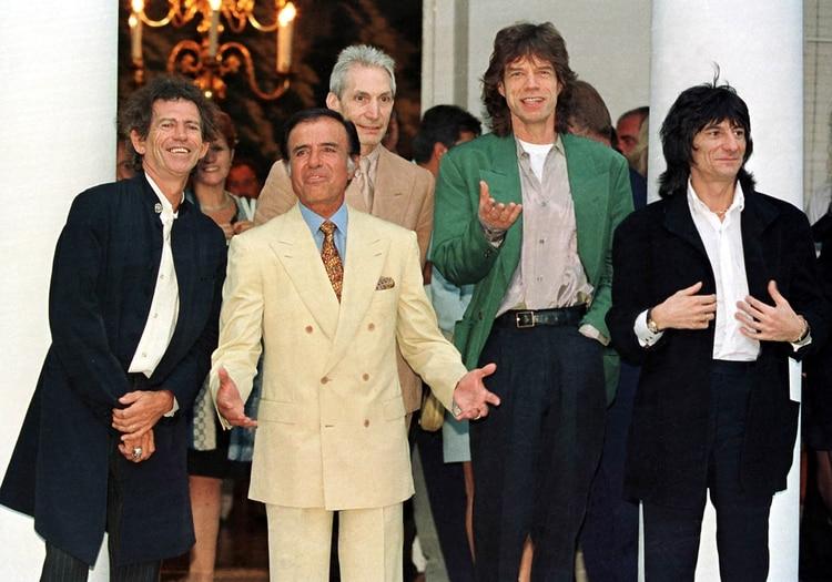 Carlos Menem junto a Keith Richards, Charlie Watts, Mick Jagger y Ron Woods en la Quinta de Olivos (Foto: AFP)