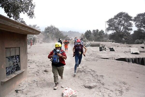 Miembros de un equipo de prensa cubren uno de los lugares afectados. (REUTERS/Luis Echeverria)