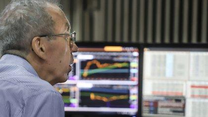 El mercado de acciones promedió una baja de 37% en pesos y 46% en dólares. (NA)