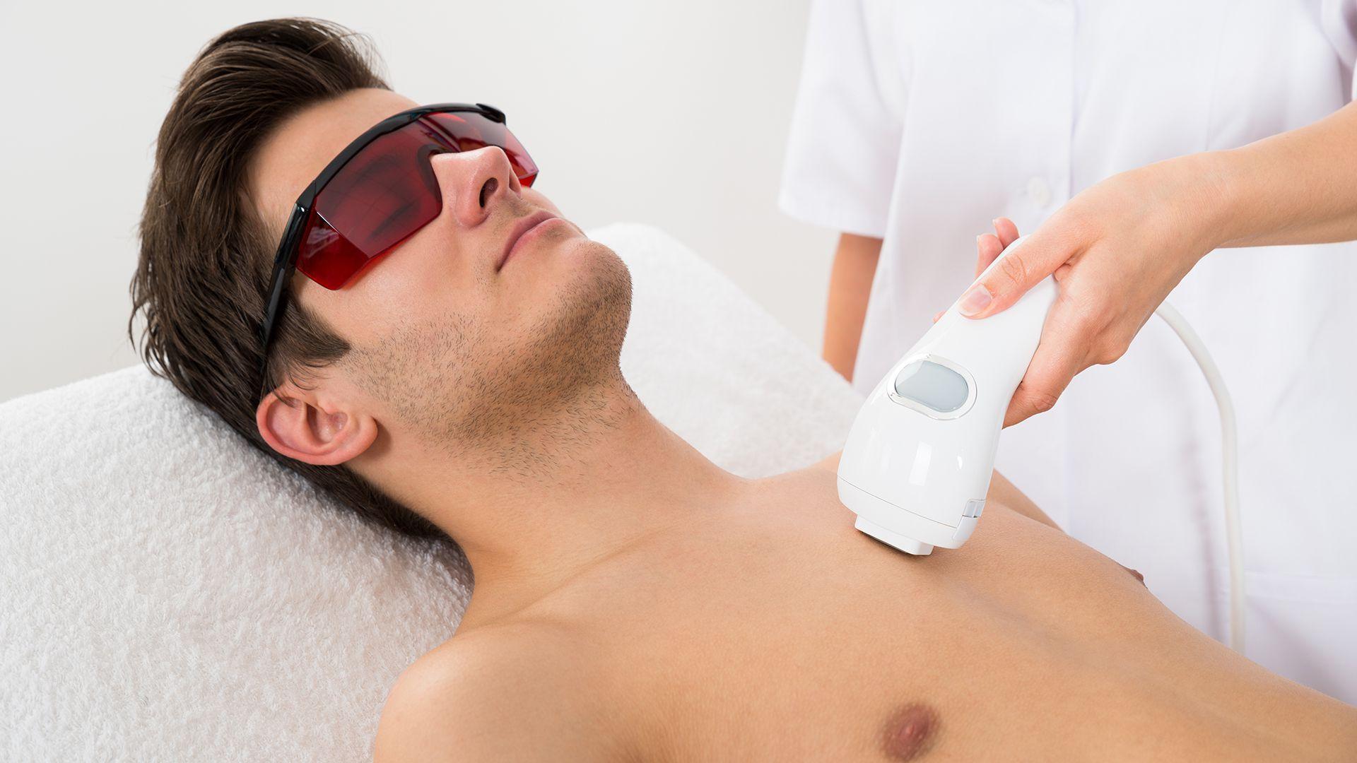 La depilación láser se encuentra entre las opciones no invasivas que más eligen los hombres (Shutterstock)
