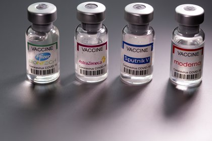Las vacunas contra el COVID-19 se desarrollaron en menos de un año. El desafío ahora es conocer cuánto tiempo durará la protección que da cada vacuna y con cuánta robustez. La duración sería un factor clave en el control de la pandemia REUTERS/Dado Ruvic/Illustration