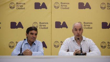 El jefe de Gobierno porteño, Horacio Rodríguez Larreta (der), y el ministro de Salud, Fernán Quirós (izq)