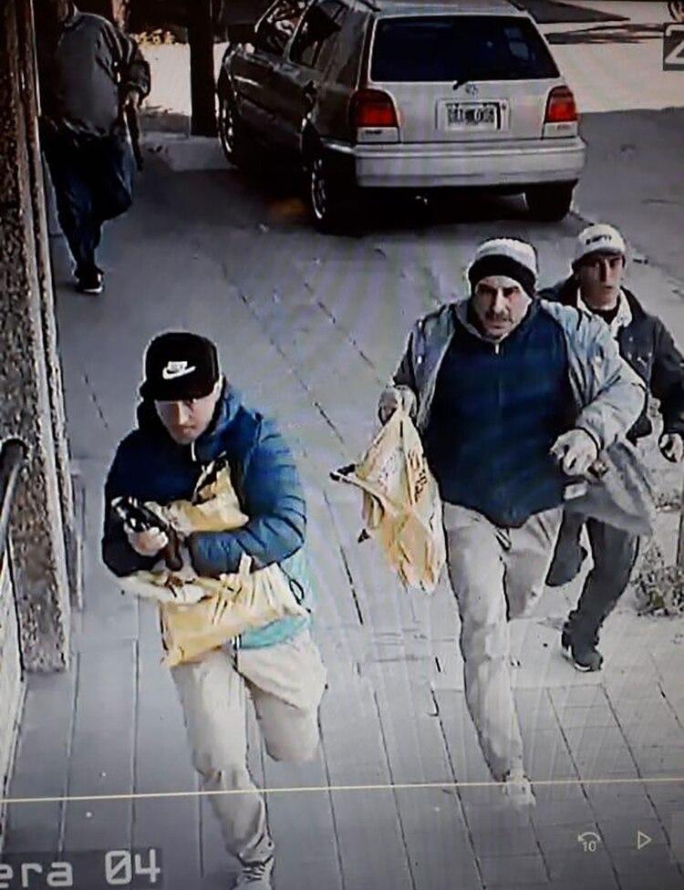 Tres de los ladrones tomaron las sacas con, según estimaciones, más de tres millones de pesos