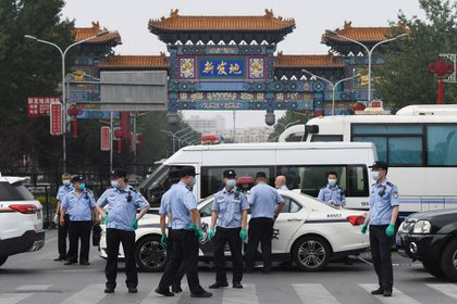 Controles en el mercado de Xinfadi (AFP)
