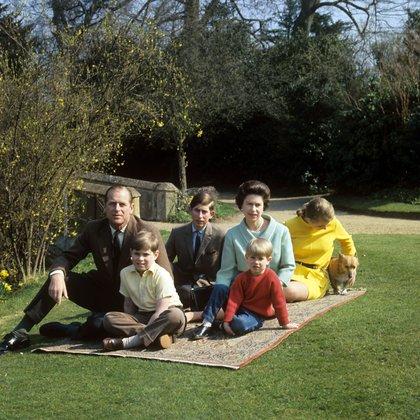 El duque de Edimburgo, el príncipe Andrés, Carlos junto a Isabel II, el príncipe Eduardo y la princesa Ana en Prince  Frogmore, Windsoe, y la mascota real, un corgi