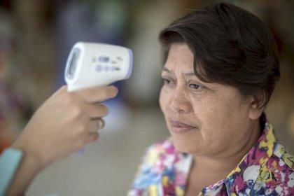 El personal médico mide la temperatura de una mujer en un hospital en Bangkok, Tailandia, tras el reporte de un caso de una cepa de Coronavirus en el país. 24 de junio de 2015 (Foto: Reuters/Athit Perawongmetha)